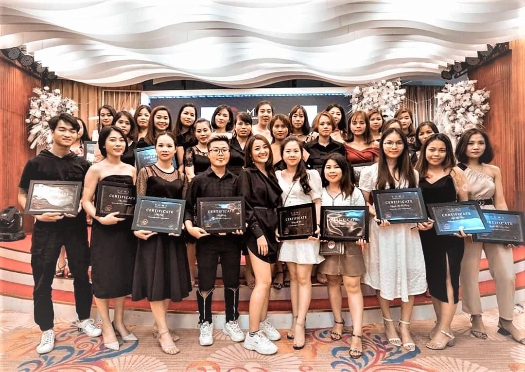 Hình ảnh 1 lớp học viên nâng cao tại YumiAcademy nhận bằng sau khi tốt nghiệp