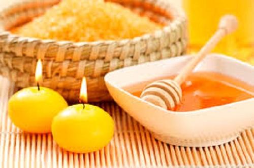 Sử dụng mật ong và đường giúp môi thêm hồng hào hơn.