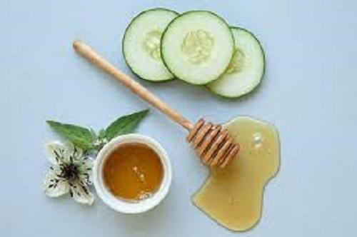 Sử dụng mật ong và dưa leo vừa giúp môi mềm và hết nẻ.