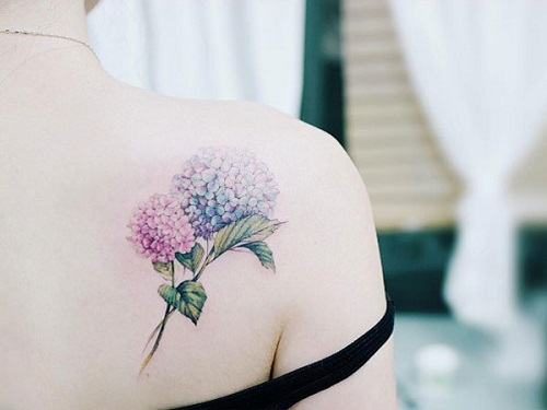 Hình xăm hoa ở bả vai nữ