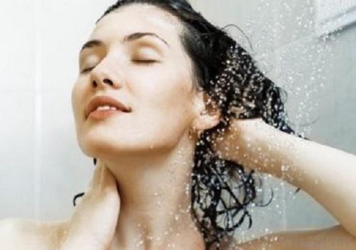 Nên tùy theo chất tóc và điều kiện thực tế, bạn hãy chọn cách gội đầu phù hợp nhất.